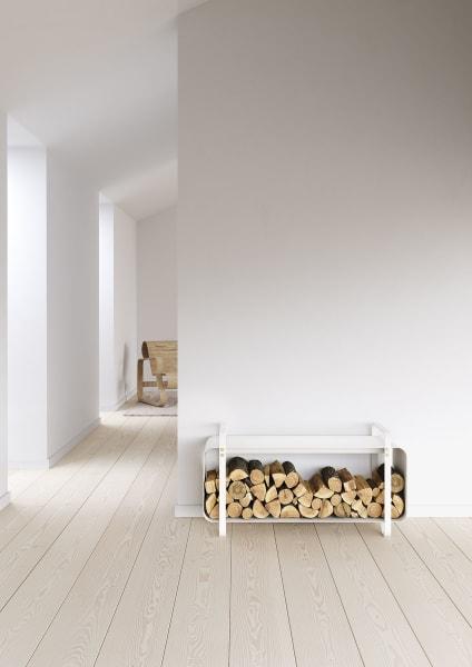 """""""Ninne"""" von Eldvarm aus pulverbeschichtetem Stahl (850 Euro) ist Bank und Holzlager zu gleich."""
