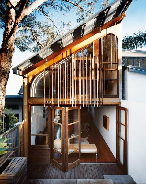 Wohn- und Essbereich, Schlafzimmer und eine Arbeitsecke sind in dem neuen Anbau – im hinteren Teil des Anwesens – untergebracht.