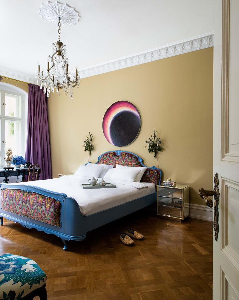 """Sonnenfinsternis im Schlafzimmer? Dafür leuchtet das Schleiflack-Bett (gepolstert mit """"Talcy Velvet"""" von Clarence House) umso mehr."""