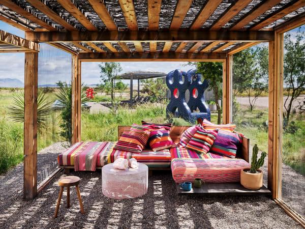 Die Wüste lebt: Douglas Friedman baute sein Anwesen weit weg vom nächsten Städtchen. Der Pavillon spendet Schatten, wenn die Sonne brennt. Textilien von Garza Marfa, Skulptur von Brett Douglas Hunter.