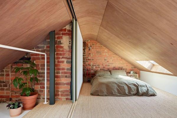 Das Schlafzimmer im Dachgeschoss, bewohnt von der Besitzerin.
