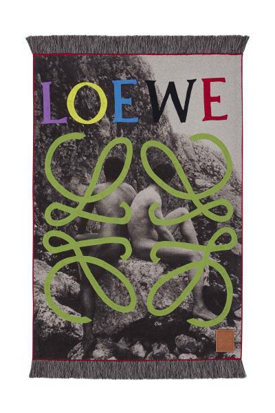 Eine Serie unvergleichlicher Stücke hat Loewe für den diesjährigen Salone aufgelegt und versammelt japanische Boro-Gewebe, Vicuña-Wolle aus Ecuador und senegalesische Patchworktechniken unter einem Dach. Das Ganze kombiniert mit hippen Motiven, und fertig ist der globaler Rundumblick über die zeitgenössische Textilkultur.