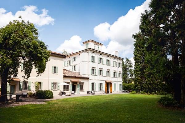 """Die """"Casa Maria Luigia"""" liegt in einem großen Park voll alter Bäume.        Hausgäste finden dort einen Swimmingpool, einen Tennisplatz und        reichlich hübsche Sitz- und Leseecken."""