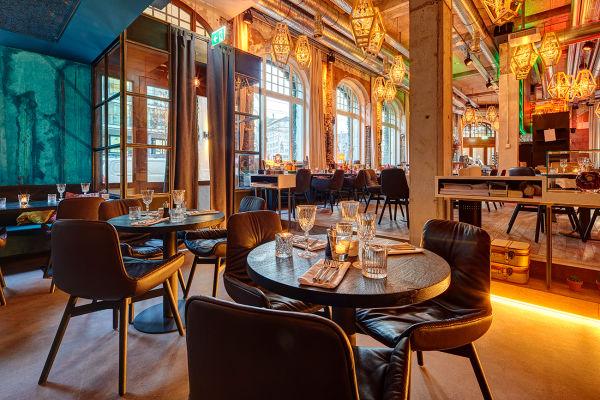 """Das Restaurant im Hotel """"Anker"""" bietet Speisen vom Grill; gesessen wird auf Armchair Leya von Freifrau."""