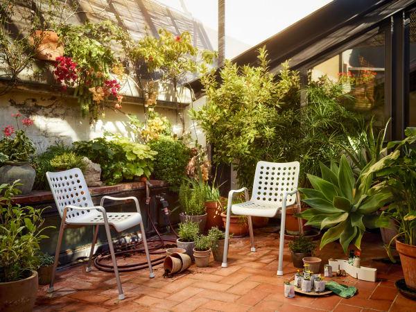 """…des Gartenstuhls, der """"Landi-Chair"""" von Vitra hat Hans Coray schon 1939 entworfen und bringt noch heute immer noch zeitloses Design auf unseren Balkon, 535 Euro."""
