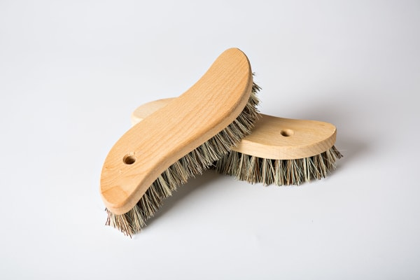 Schrubben bei hartnäckigem Schmutz mit der Scheuerbürsten von Holz-Leute.