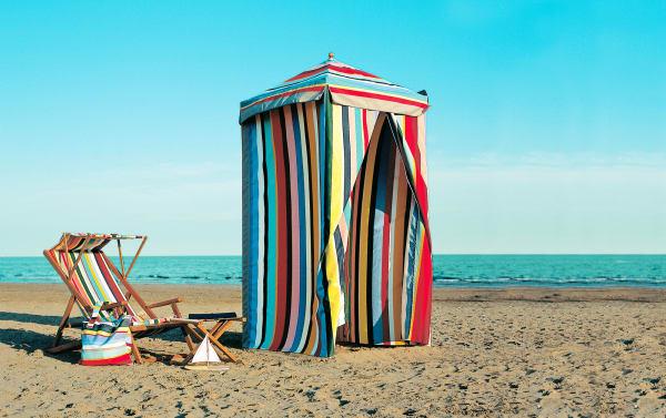 """Für einen Schuss Privatheit am Badestrand sorgt die """"Badekabine"""", in der man sich unbeobachtet in Strand-Schale schmeißen kann, via weishaeupl.de. 798 Euro."""