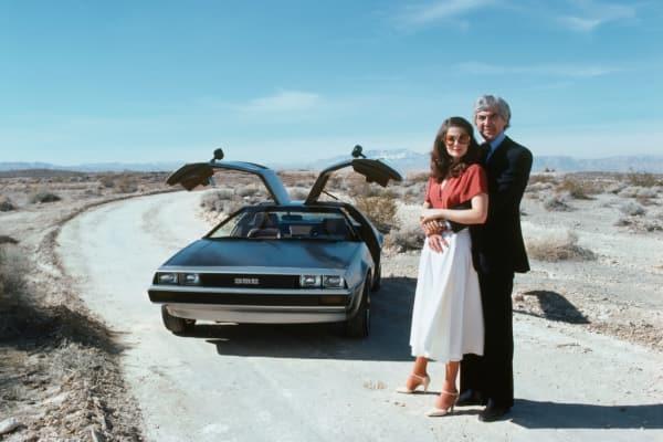 John DeLorean und seine Frau vor ihrem Auto, das sie von Giorgetto Giugiaro entwerfen ließen.
