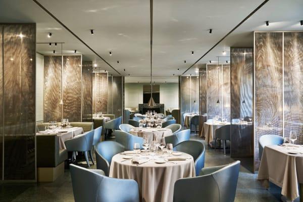 Für Tag und Nacht: Das elegante Restaurant im ersten Stock lädt mit gedämpften Farben zum Gourmetmenü.