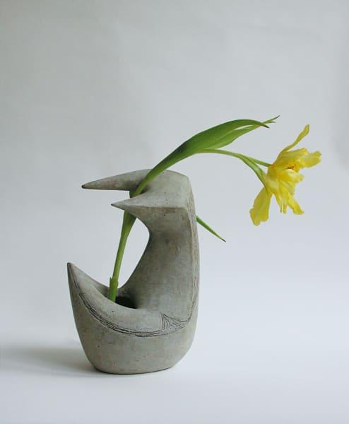 Als überbrächte ein Vogel Tulpengrüße im Schnabel: Die 25 Zentimeter hohe      Vase aus schamottiertem Ton mit Sgraffito entstand 1954.