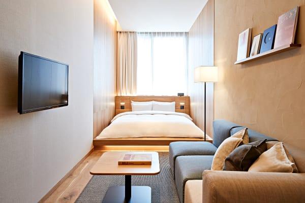 Schlafen, wo andere einkaufen: Der japanische Haushaltswarenladen Muji hat ein Hotel über seinem Tokioter Flagshipstore inGinza eröffnet. Die mujimalistisch eingerichteten Zimmer (ab 225 Euro) sind zwischen 14 und 52 Quadratmeter groß.hotel.muji.com