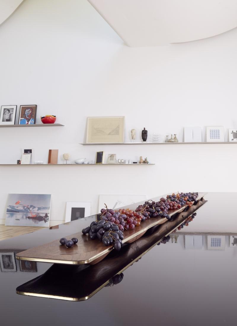 Win Assakul, drei Meter lange, erweiterungsfähige Frucht- oder Käseschale aus Walnuss für Amanda Levete