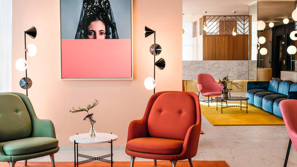 "Jaime Hayon hat dem ""Barceló Torre de Madrid"" ein farbenfrohes Interieur verpasst."