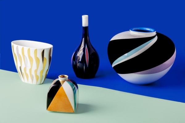 Kobaltblau mit Punkten aus Gold: Die Vasen wurden zwischen 1908 und 1951 entworfen, ihre Coloration wird in diversen Schritten von Hand aufgetragen und bei über 1000 Grad gebrannt, ab 870 Euro.