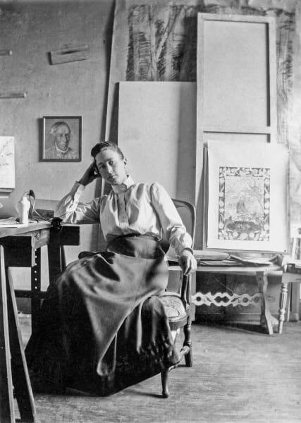 20 Jahre über ihren Tod hinaus sollte das Werk verschlossen bleiben, das verfügte Hilma af Klint, die das Foto wohl Mitte der 1890er-Jahre in ihrem Atelier zeigt.
