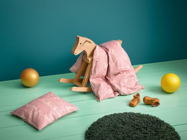 Mit Schwung: Hand in Hand tanzen Kay Bojesens Äffchen. Die Babybettwäsche ist aus 100% ökologischem Baumwollsatin und in drei Farben erhältlich.