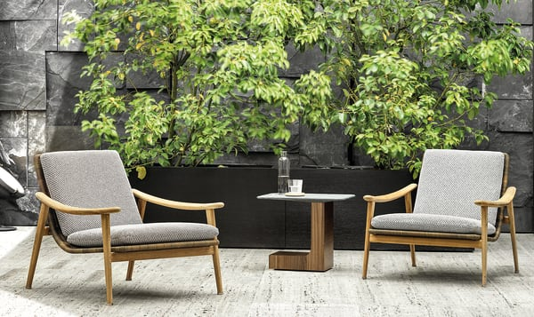 """Skandinavischer Minimalismus neu interpretiert: Das Designduo GamFratesi setzt mit der """"Fynn Outdoor""""-Kollektion für Minotti auf handwerkliches Können und nordisches Design. Das Ergebnis ist ein wohlgeformter, gepolsterter Sessel aus Teak und Schnurgeflecht."""