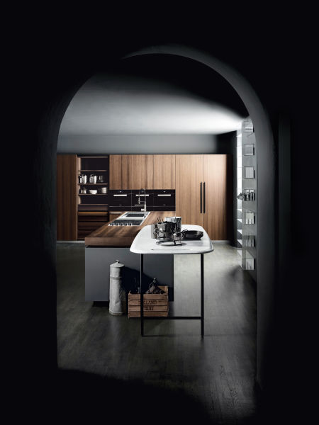 """In Mailands Via Solferino zeigt Boffi seine neue Küche mit Patricia Urquiolas Halbinsel-Tisch """"Salinas"""", aus Carrara."""
