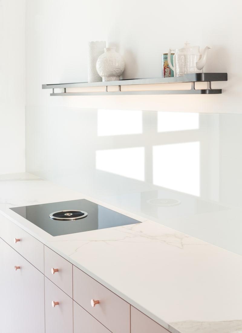 Küche in Rosa und Kupfer von Der Raum