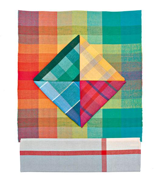 Angewandte Farbenlehre: Küchentücher (12 bis 18 Euro) aus der        aktuellen Produktion der Bethel-Werkstatt. Das rot-blaue Muster geht        zurück auf eine Aquarellstudie von Benita Koch-Otte.