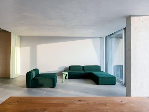 """In der Lounge steht ein Sofa von Normann Copenhagen, bezogen mit Kvadrats """"Vidar""""."""