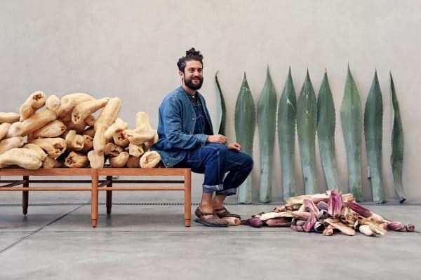 Der 31-Jährige konzentriert sich in seinen Projekten auf Material aus seiner mexikanischen Heimat: Luffa, Agave, Mais.
