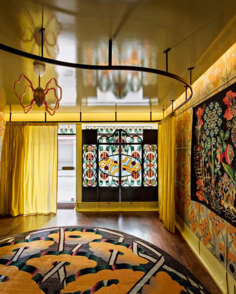 Nicht weit vom Moulin Rouge hat Pierre Marie seine Wunderkammer eröffnet. Ein Ornament-Feuerwerk, das er in seinem Glasfenster des Ateliers        Duchemin, in den Serigrafien an der Wand und im Teppich für Nilufar        entfacht, alles miteinander verschlungen durch sein Emblem: das Band.