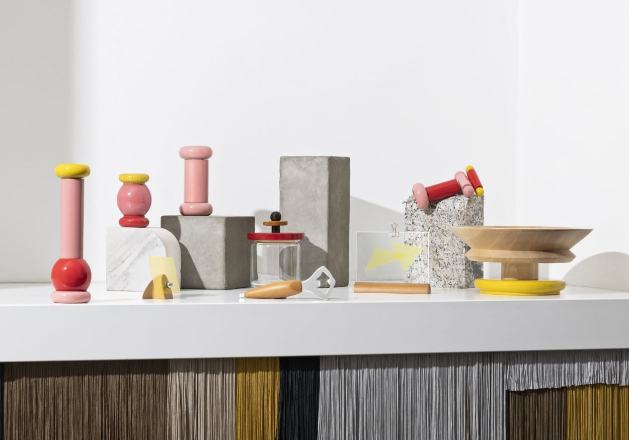 Pfeffermühlen, Schalen und Dosen aus bunt lackiertem Holz, von Ettore Sottsass für Alessi