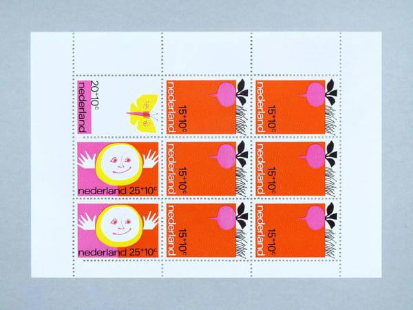 """Verzieren lässt sich die Postkarte mit den Briefmarken von Present & Correct im Retrostil. Hier """"Beetroot"""" von 1971."""