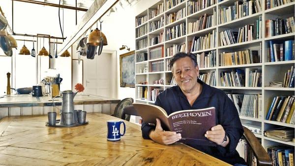 Steven Sloane am Esstisch seiner Traumküche: Sie steht in seiner Altbauwohnung nahe dem Kurfürstendamm und wurde von Bühnenbildern aus XXX gebaut.