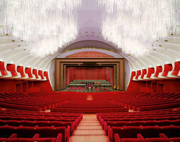 Leitmotiv in Dur: Der erste Eindruck beim Betreten des Konzertsaals ist eine aufbrandende Woge aus rotem Samt.