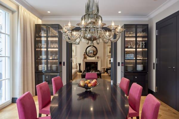 Mang und Mauritz haben auf die Mischung aus modernen und klassischen Stilelementen gesetzt. Seidenvorhänge von Jim Thompson, der Esstisch ist aus Ebenholz.