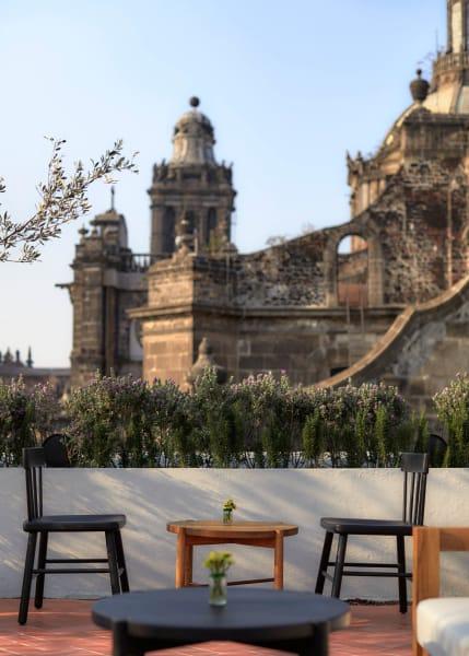 Von der Dachterrasse des Hotels blickt man auf Sehenswürdigkeiten wie die Kathedrale von Mexiko-Stadt.