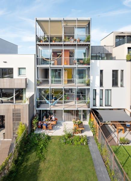 Beta Office for Architecture– Wo sich viele altengerechte Wohnhäuser auf möglichst wenige Ebenen beschränken, bauten die Architekten li. unerschrocken in die Höhe. Die Großeltern leben ganz oben – dank Aufzug und variabler Grundrisse kein Problem.