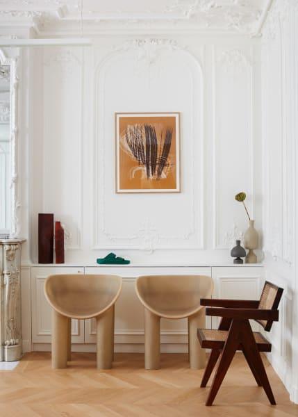 """Für jedes Parkett: Das grüne Modell passt zu Faye Toogoods Dining Chairs """"Roly Poly"""" und Pierre Jeannerets Flechtstuhl im Pariser 1774-Showroom."""