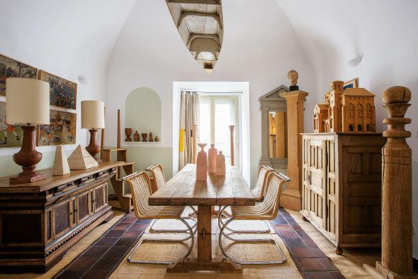 Das Living mit französischen und spanischen Kommoden aus dem 18. und 19. Jahrhundert. Die Vasen auf dem Tisch sind von Keramikerin Joohyun Baek.