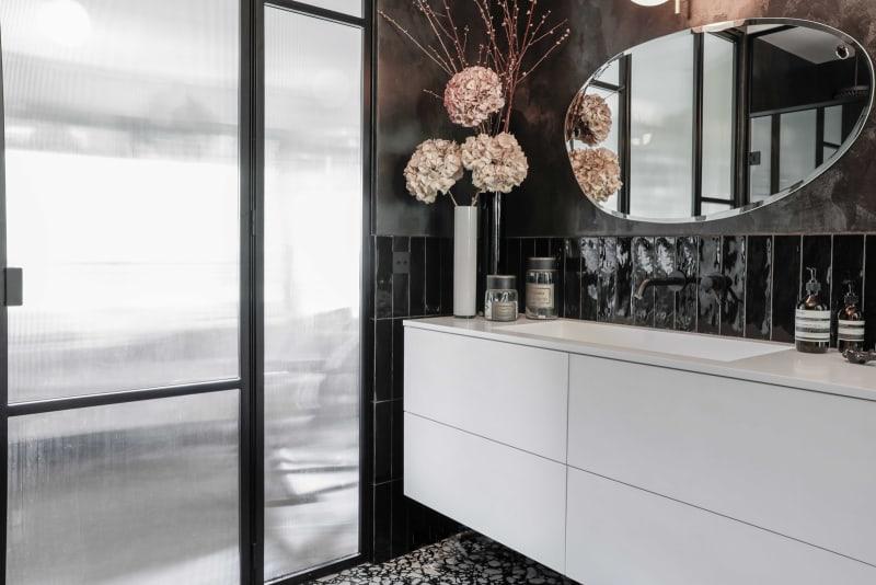 Waschtisch mit asymmetrisch geformtem Spiegel