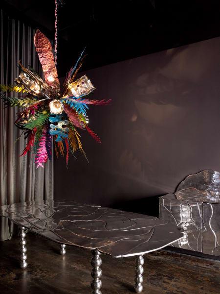 "Leuchtfloristik: Chris Wolstons ""Tropical Chandelier"", ein Unikat für The Future Perfect, Preis auf Anfrage."