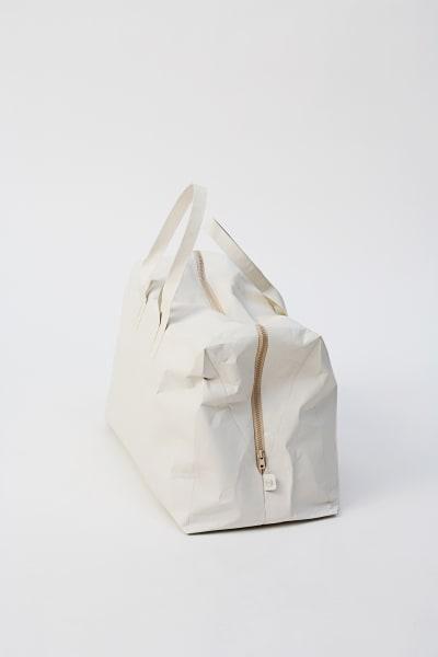 135 Gramm leicht und zu 100 Prozent recyclebar ist diese Neuinterpretation der klassischen Reisetasche von Saskia Diez. Hergestellt aus reiß- und wasserfestem Tyvek-Papier mit leicht samtigem Look bietet die Tasche Platz für sämtliche Reiseutensilien: 99 Euro.