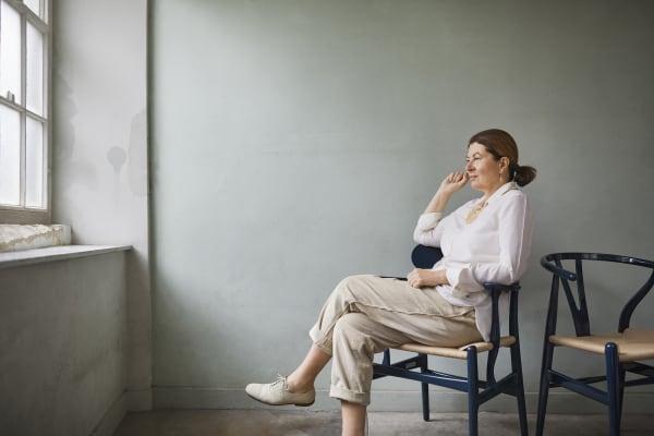 Ilse Crawford mit ihrer Ausführung des Wishbone Chairs. Die Londoner Designerin hat diese Jahr die Geburtstags-Edition des Klassikers von Hans J. Wegner entworfen.