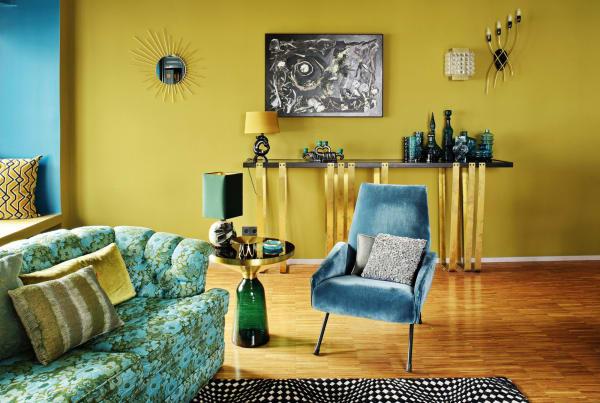 RubelliDie Wandfarben im Klavierzimmer brauchen unbedingt noch Gesellschaft, etwa das Sofa, das Clark auf Ischia entdeckte. Welches wiederum ein paar mit Rubelli-Stoffen bezogene Kissen benötigt, um nicht kitschig zu wirken: Style-Mathematik à la Clark, der auch die Konsole an der Wand entwarf.