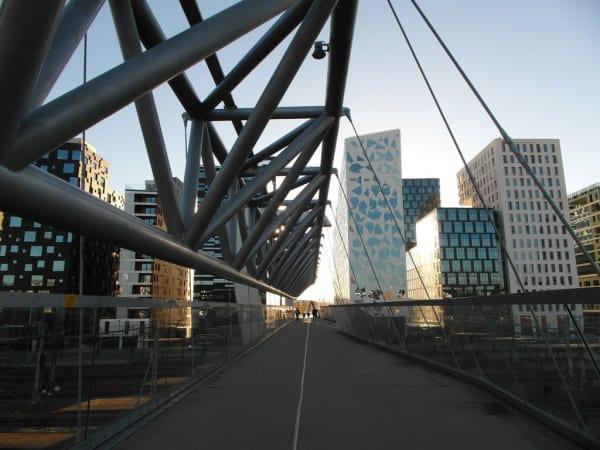 """Die 206 Meter lange Akrobaten-Brücke verbindet die Stadtteile Grønland und Bjørvika mit dem """"Barcode""""."""