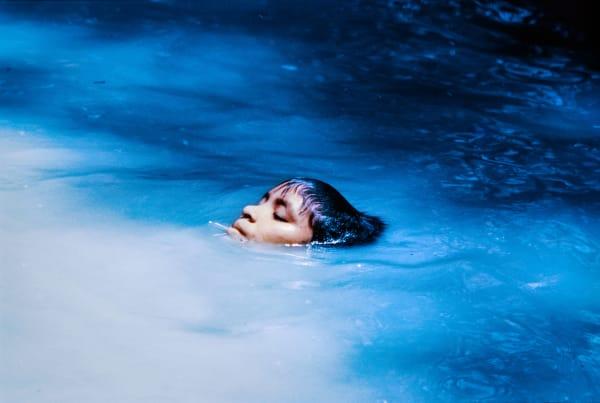 Titelbild:Die junge Susi Korihana thëri beim Schwimmen, Infrarotfilm.Catrimani, Roraima, 1972-74.