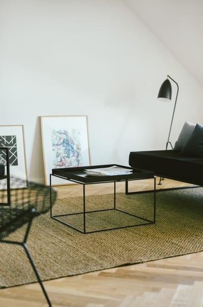 """""""Tray Table"""" von Hay. Die Kunstwerke kaufte Daxenbichler von Kunstvereinen aus ganz Deutschland, es sind Editionen von jungen Künstlern."""