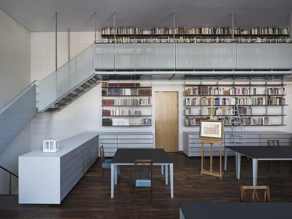 Auffälligste Neuerung im Großen Studiensaal: die hängende Stahlgalerie. Sie wurde mit Christoph Münks entwickelt, wie auch die Tische und Schränke, deren schräge Schubladenfronten ein Detail der 50er-Jahre-Architektur aufgreifen.