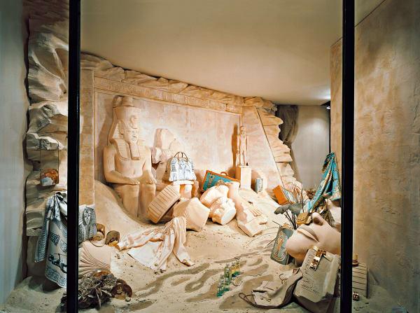 Drei Tonnen tunesischen Sand ließ Leïla Menchari einmal liefern. Auch im Sommer 2005 schien der Sand aus dem Land der Pharaonendirekt auf die Rue du Faubourg Saint-Honoré zu fluten.