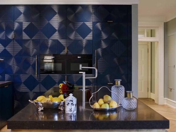 Der Hochschrank ist mit Woodtiles-Fronten aus lackiertem MDF versehen. Bei jedem Projekt werden sie von Architektin Kristen Scholz individuell angeordnet.