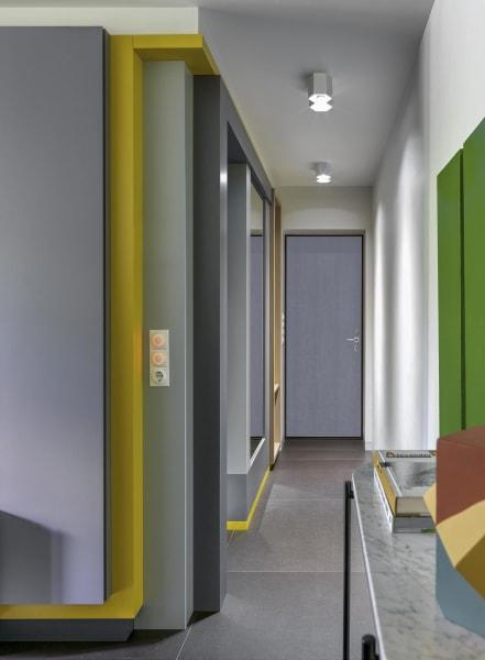 Auf kleiner Fläche an alles gedacht: Mit kontrastierenden Farben, kluger Punktbeleuchtung, einem großen Wandspiegel und der lang gestreckten Konsole wird aus wenigen Quadratmetern ein Raum zum Ankommen