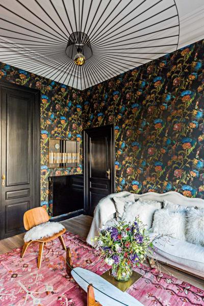 Im Wohnzimmerranken Artischockenblüten von Pascale Risbourg. Der        finnische Beistelltisch auf dem pinken Sarkisla-Kelim ist antik, die        Leuchte von Petite Friture.