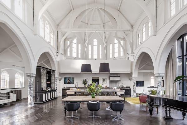 Ein neogotischer Sakralbau wandelte sich zur Wohnkathedrale. Ihr flamboyanter Mittelpunkt ist die lichte, über 200 Quadratmeter große Halle, die bis zum First aufragt. Geschwärztes Eichenparkett mit Fußbodenheizung erdet die erhabene Eleganz der originalen Kubatur mitsamt Säulen, Bögen und Bleiglasfenstern. Die maßgefertigte Küche aus poliertem Beton und Zink stammt von Rupert Bevan. Der Masterbedroom liegt im Dachgeschoss unter einer grandiosen Balkendecke mit Oberlichtern. Das alles an einer verkehrsberuhigten Straße in Toplage. 575qm Wohnfläche, 6,5 Mio. Pfund. themodernhouse.com